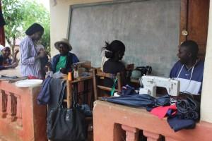 Formazione al lavoro per i giovani: taglio e cucito
